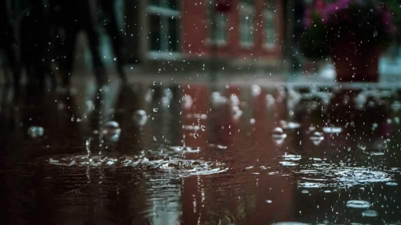 Reportaninundaciones tras fuertes lluvias en Morelia, Michoacán
