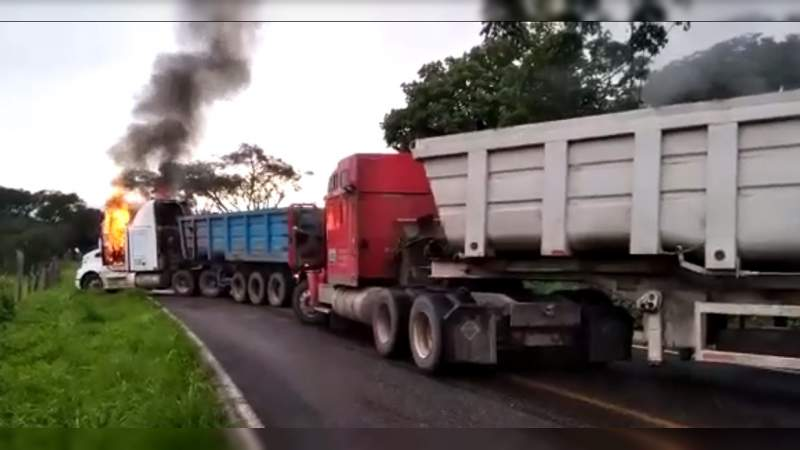 Carteles Unidos quema camiones en la carretera Tepalcatepec – Coalcomán, ante ofensiva de rivales
