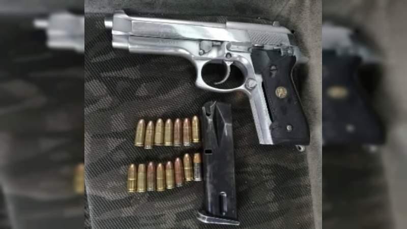 """Detienen a dos en posesión de """"Crystal"""" y arma de fuego en Uruapan, Michoacán"""