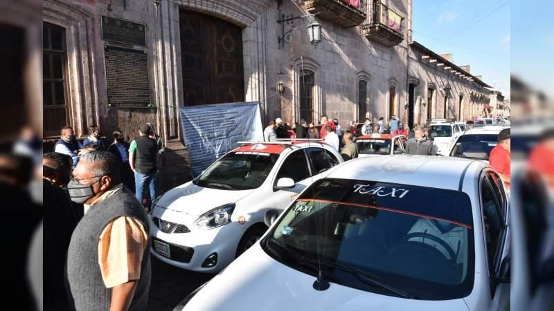 Taxistas se manifiestan en el Ayuntamiento de Morelia - Noventa Grados -  Noticias de México y el Mundo