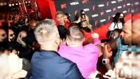 Pelean Conor McGregor y Machine Gun Kelly en la alfombra roja de los MTV Vídeo Music Awards