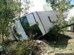 Vuelca autobús de policías sobre la Morelia - Mil Cumbres; hay 20 lesionados
