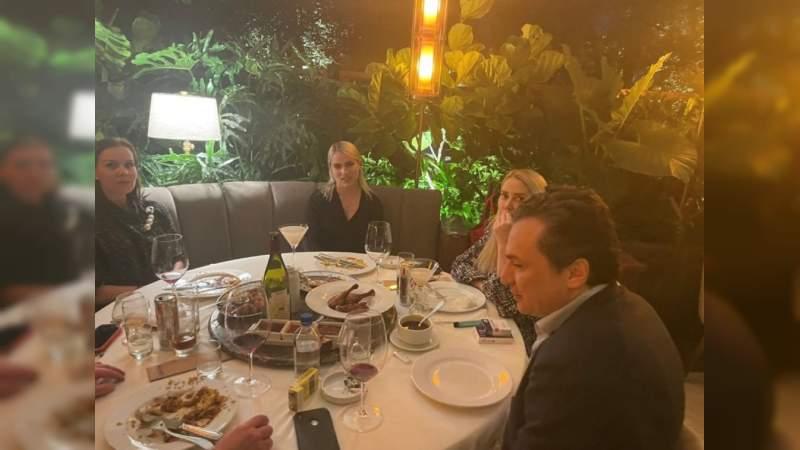 """Captan a Emilio Lozoya cenando con empresarios en restaurante de lujo: Faltó a comparecencia por """"arraigo domiciliario"""""""