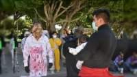 Artistas de disfraz reclaman espacio laboral en Feria del Alfeñique, en Irapuato