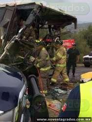 Chocan tráiler y autobús en la carretera Morelia–Charo; hay 40 heridos