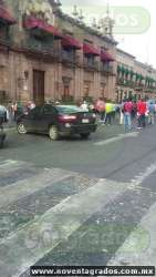 Profesores de la CNTE bloquean la avenida Madero en Morelia