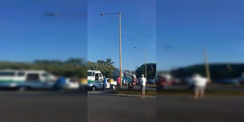 Con bloqueos, concesionarios del transporte protestan en Apatzingán