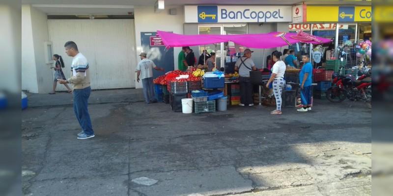 Avanza reacomodo de ambulantaje en el mercado de Apatzingán