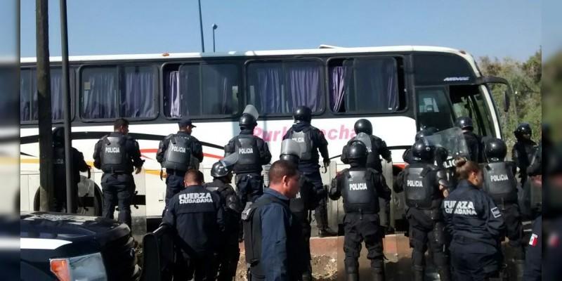 Detienen a 36 normalistas en Pátzcuaro, Michoacán