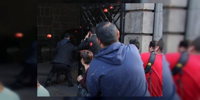CDMX: A jitomatazos, atacan al coordinador de diputados del PRI, César Camacho