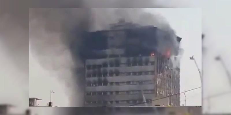 VIDEO: Mueren 30 bomberos al colapsar edificio en llamas, en Teherán