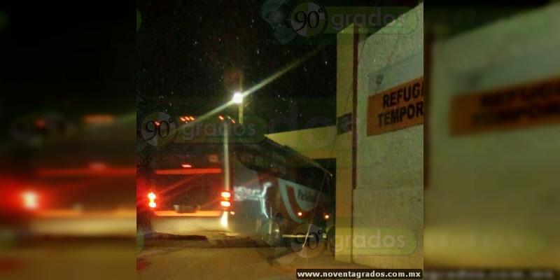 Normalistas secuestran dos autobuses en Michoacán