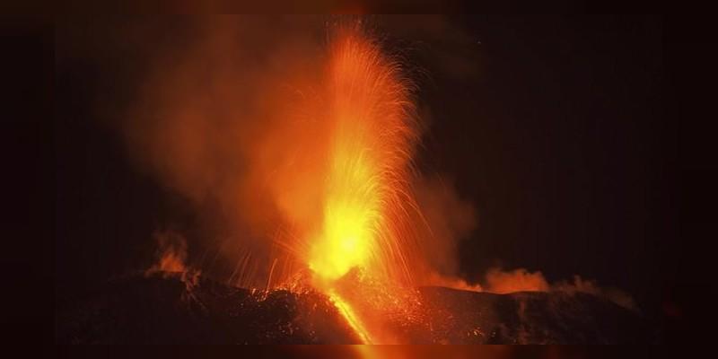 Espectacular explosión del volcán en Sicilia, Italia