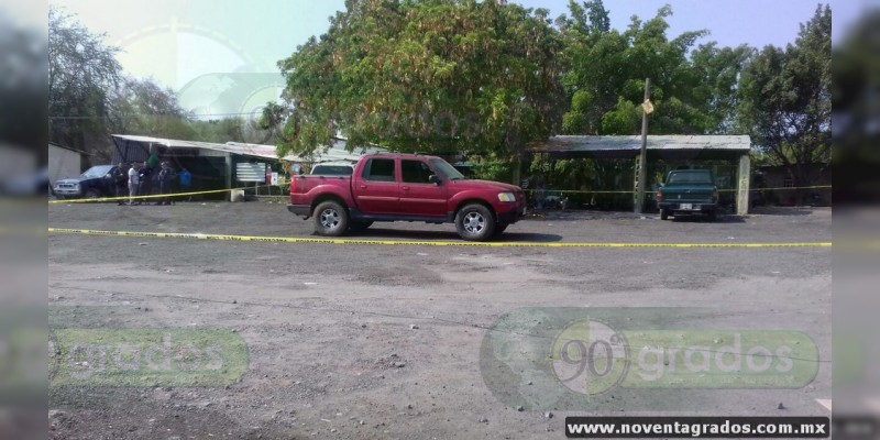 Localizan dos cadáveres presuntamente descuartizados al interior de una camioneta en Parácuaro