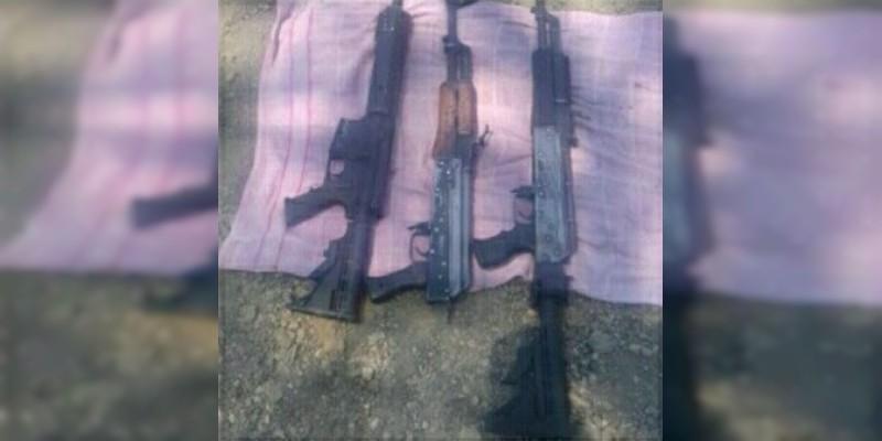 Detienen a cuatro sujetos con armas largas, munición y camioneta robada en Apatzingán, Michoacán