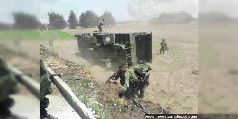 Ladrones de combustible atentan contra soldados y provocan volcadura de camión militar en Puebla
