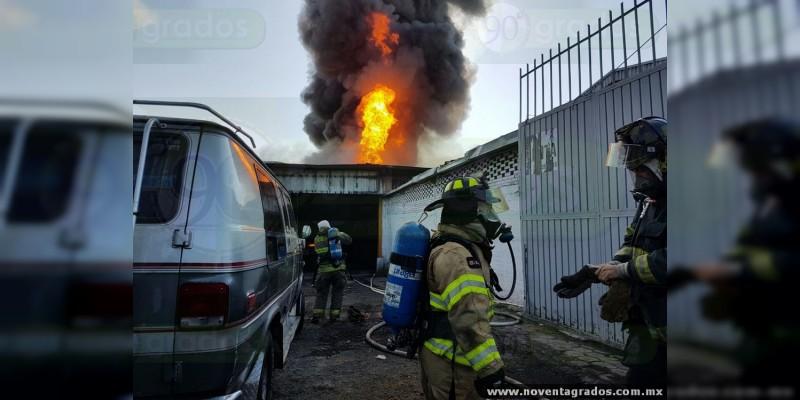Se reaviva incendio en bodega de combustible robado en Morelia