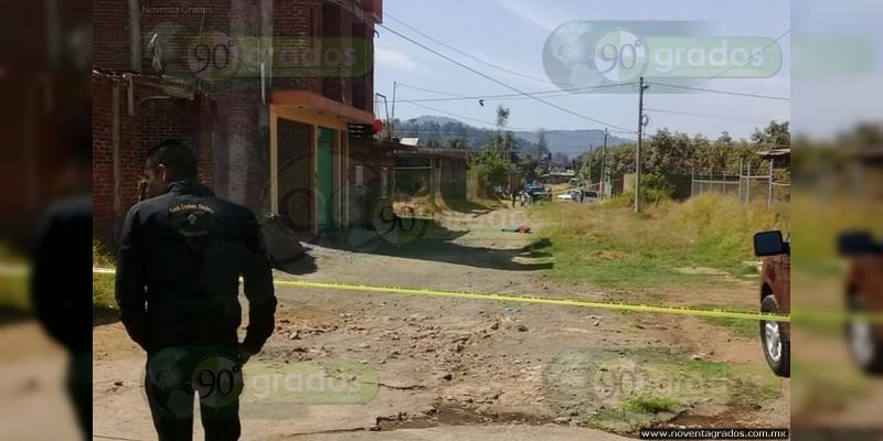 Desde un vehículo, persiguen y ejecutan a sujeto en Uruapan