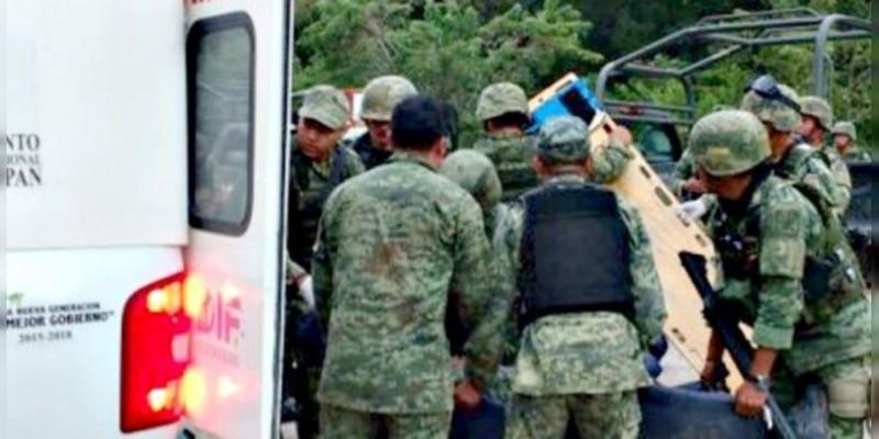 Camión militar cae a barranco en Coalcomán, Michoacán