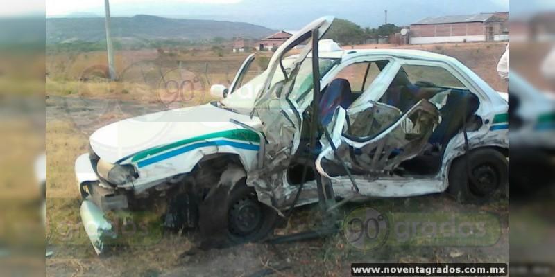 Se estrella taxi contra camión en Apatzingán, Michoacán