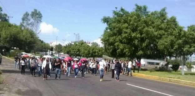 Normalistas marchan en Morelia para exigir el pago de adeudos
