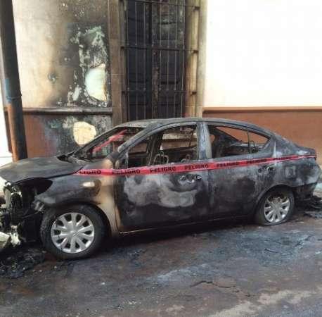 Incendian vehículo en calles de Cotija, Michoacán