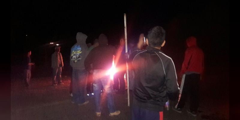Comuneros de Nahuatzen se manifiestan en apoyo a normalistas