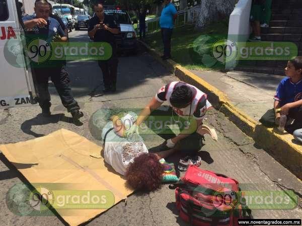 Motociclista arrolla a mujer en Zamora, Michoacán