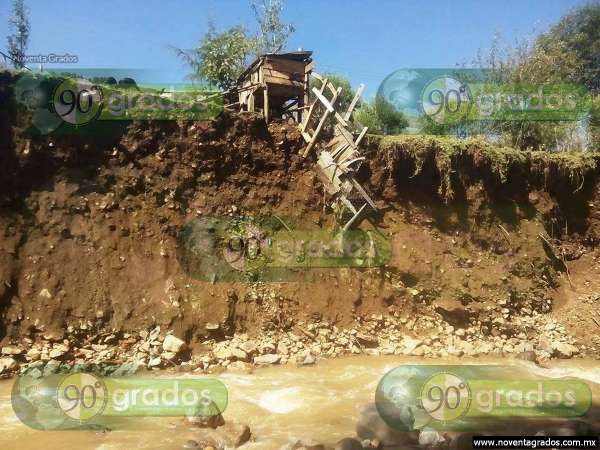 Lluvias ponen en peligro varias viviendas en Angangueo