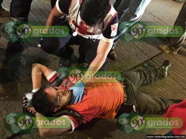 Ciudadanos persiguen a taxista que atropelló a ciclista en Zamora, Michoacán; logró escapar