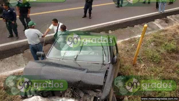 Un muerto y un herido tras chocar contra paredón de piedra en Chavinda, Michoacán