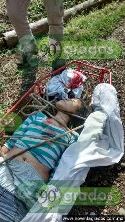 Cae camioneta a barranco, en Michoacán; hay una menor muerta y dos heridos
