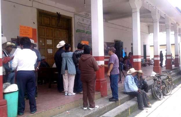 Habitantes toman alcaldía de Nahuatzen, Michoacán, piden rendición de cuentas