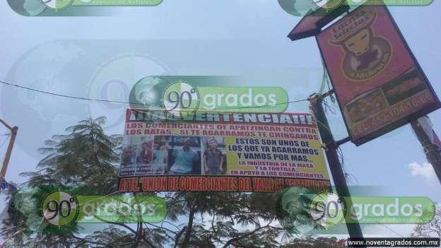 Comerciantes denuncian en mantas a delincuentes, en Apatzingán, Michoacán