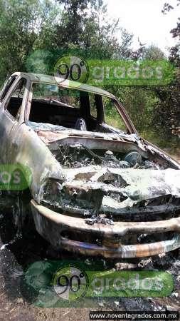 Localizan restos humanos al interior de camioneta calcinada en Paracho, Michoacán