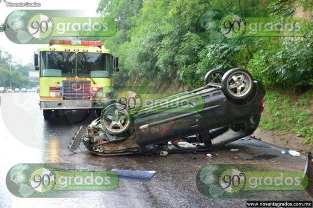 Vuelca vehículo en el Libramiento Sur de Morelia