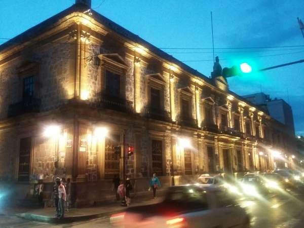 Rehabilita Ayuntamiento de Morelia luminarias de edificios históricos