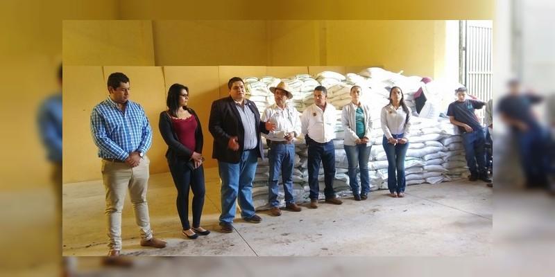 Entrega Sedrua 25 toneladas de mejoradores de suelos en Tangancícuaro