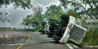 Vuelca y se derrama tráiler con gasolina sobre la Lázaro Cárdenas - Arteaga