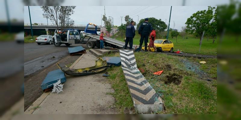 Enorme bache causa que auto quede destrozado por el estadio Morelos