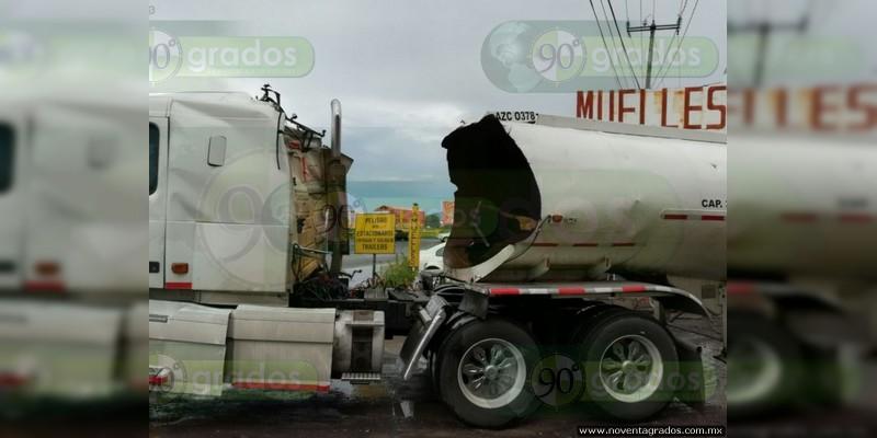Cuatro heridos al explotar pipa de combustible en Zamora