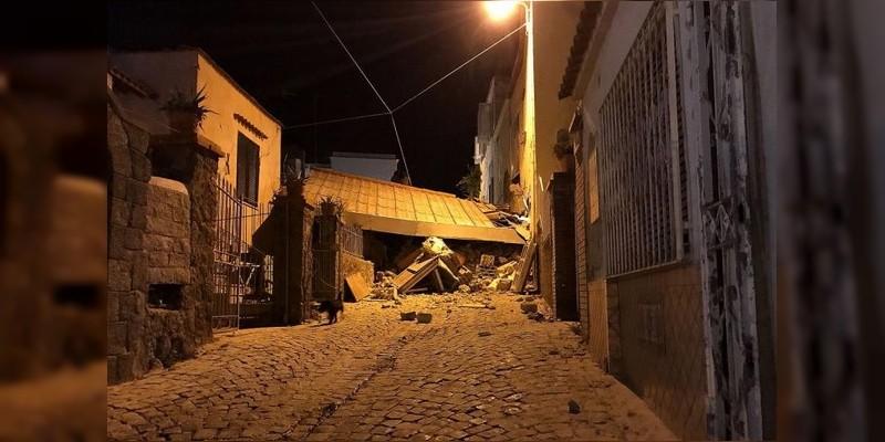 Rescatan a último menor tras terremoto en isla de Italia