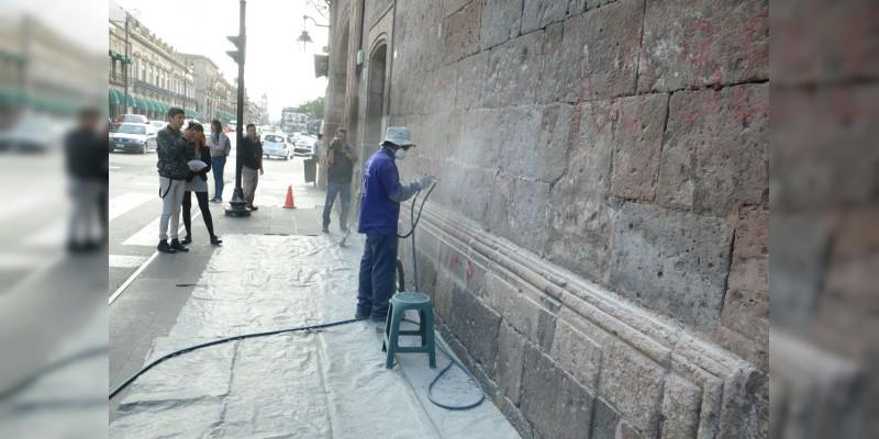 Continúan trabajos de retiro de grafitis en inmuebles del Centro Histórico de Morelia