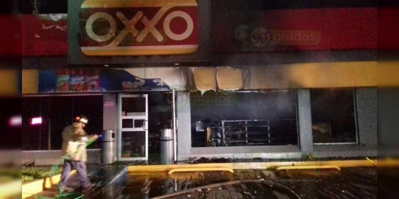 Asaltan e incendian OXXO en Apatzingán