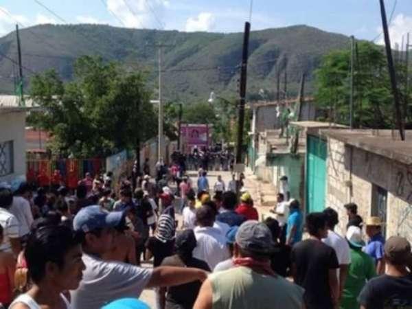 Civiles retienen a Director Antisecuestros en Churumuco, Michoacán