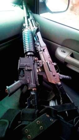 Detienen a dos sujetos con rifles de asalto y munición, en Arteaga, Michoacán