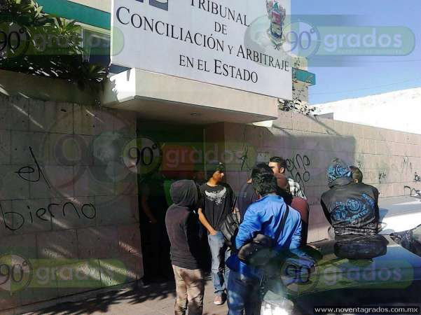 Normalistas toman oficinas del Tribunal de Conciliación y Arbitraje