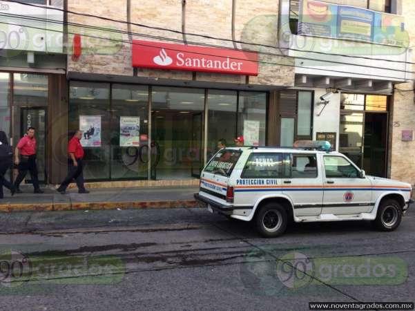 Se movilizan cuerpos de emergencia por alarma de incendio en banco de Uruapan, Michoacán