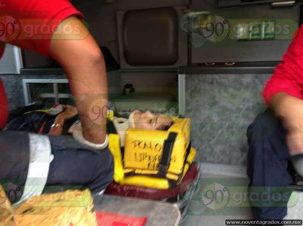 Joven derrapa y cae de motocicleta en Uruapan, Michoacán