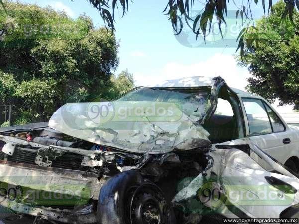 Herido taxista tras chocar de frente contra camioneta en Uruapan, Michoacán